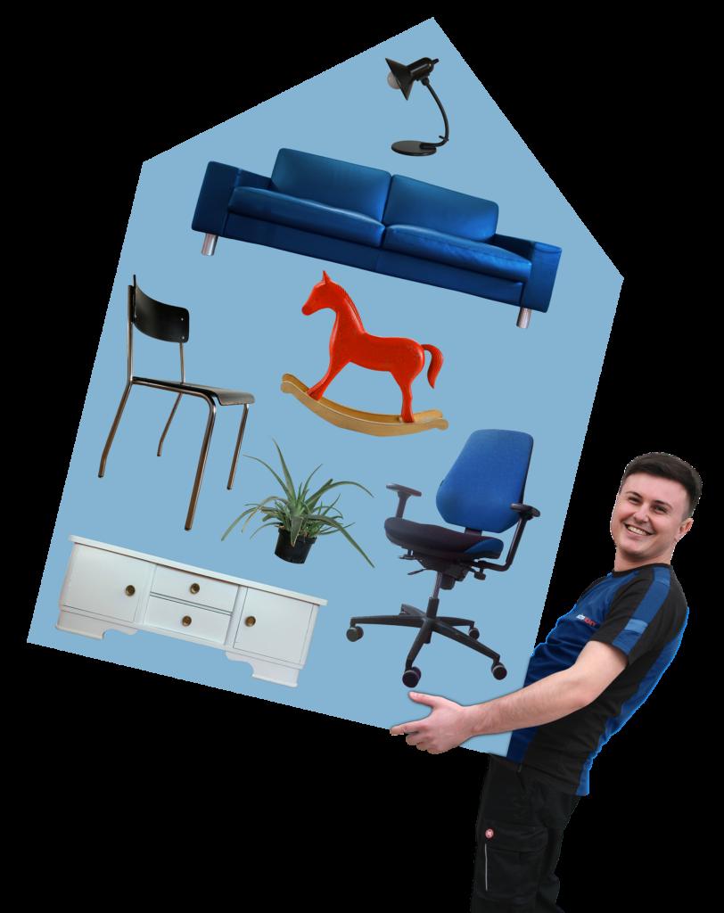Fachkraft für Umzüge, die ein Haus mit Hausrat trägt. Die Haus-Grafik beinhaltet Sofa, Leuchte, Stuhl, Schaukelpferd, Bürostuhl, Pflanze, Schränkchen.